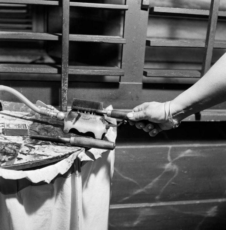 OUDE FOTO 20 Krultang en kam bij een dameskapper in Paramaribo 1947