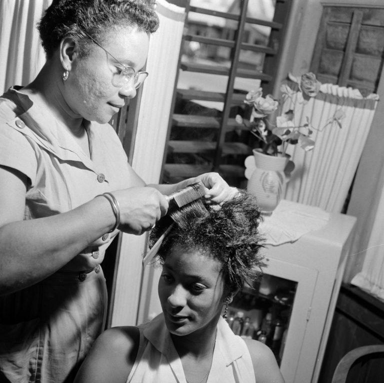 OUDE FOTO 21 Krultang en kam bij een dameskapper in Paramaribo 1947