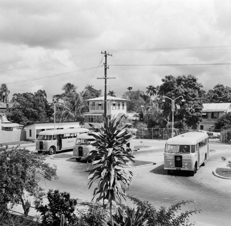 OUDE FOTO 28 Busstaton in Paramaribo 1955 (foto,s onder)