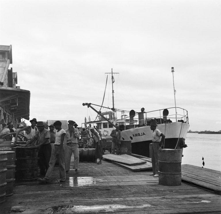 OUDE FOTO 38 De kustvrachtvaarder Albina aan de kade, waarschijnlijk in Paramaribo (foto staat in spiegelbeeld)