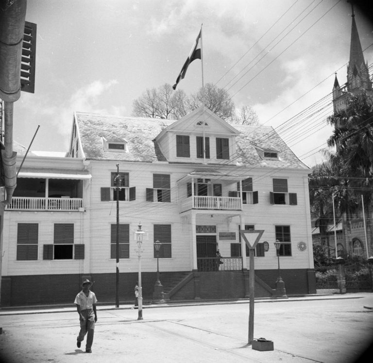 OUDE FOTO 41 Het gebouw van de Surinaamse Bank in de Gravenstraat in Paramaribo