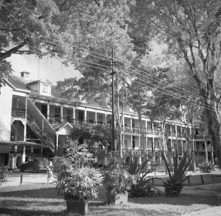 OUDE FOTO 43 Het 's Lands Hospitaal in Paramaribo