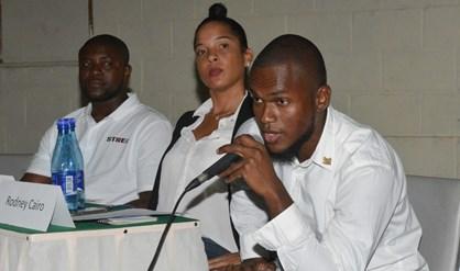 Rodney Cairo (r) in oktober 2019 tijdens een meeting van Strei! Foto: dWT Archief